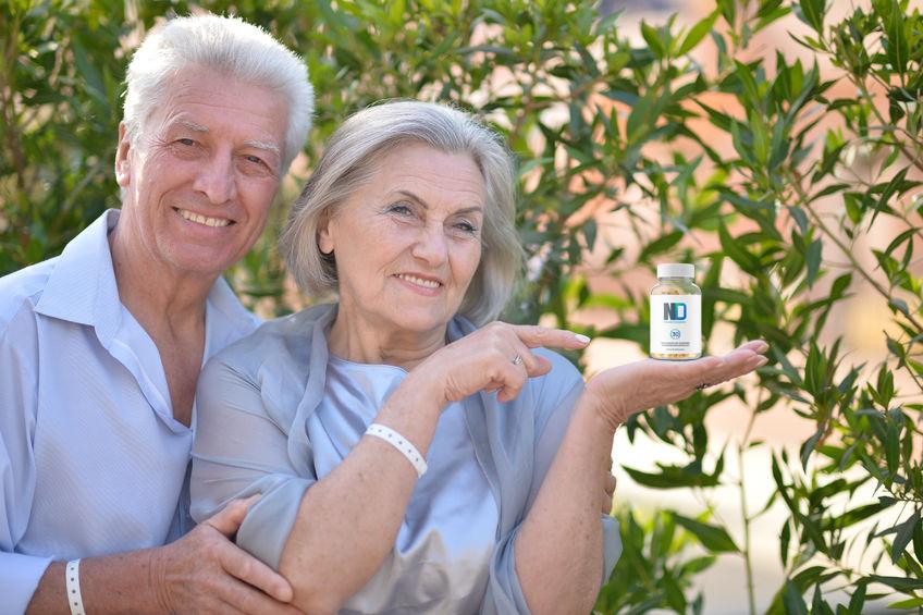 Casal idoso segurando ND